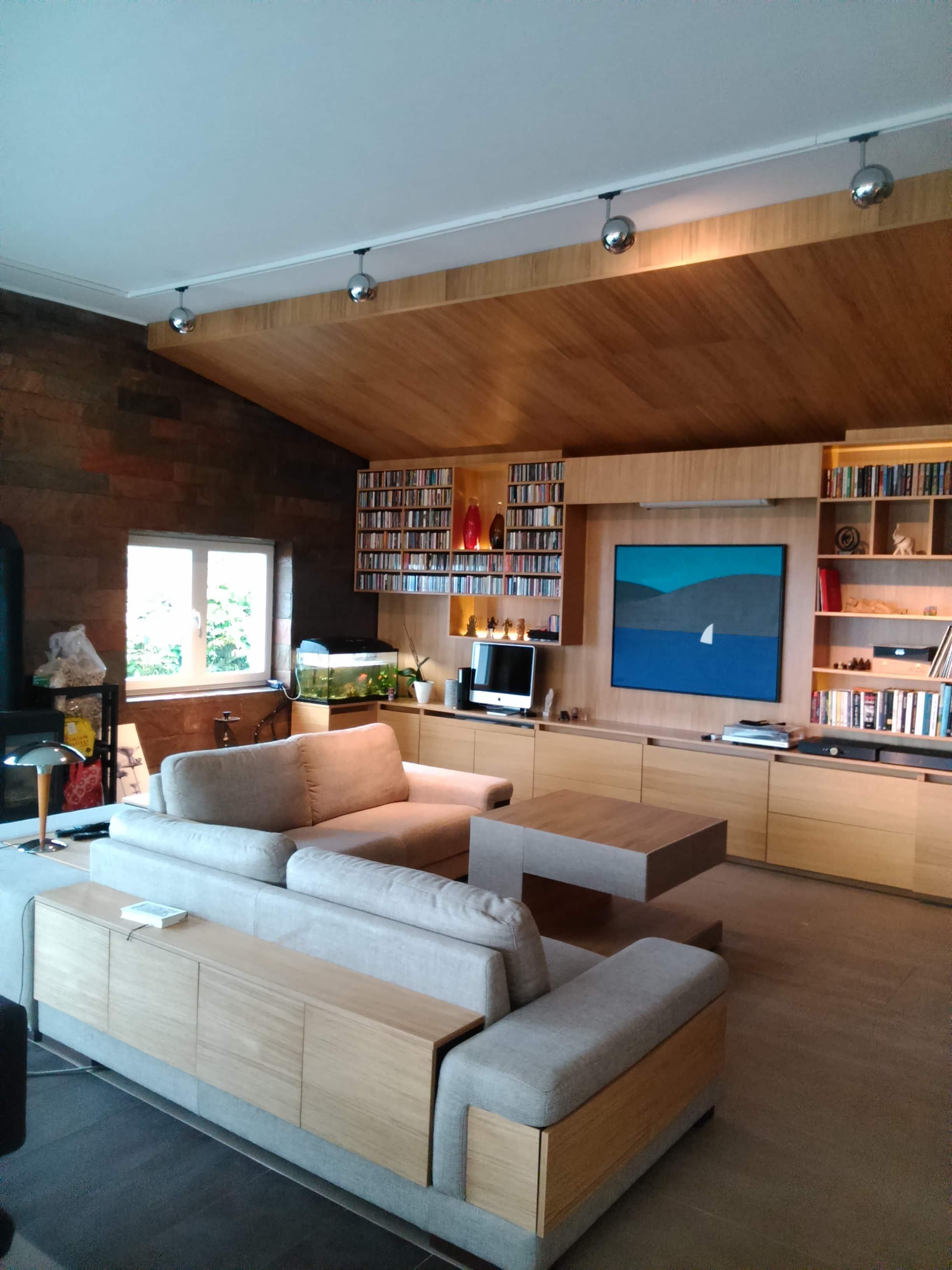 Teljes beépítésű tölgyfa nappali