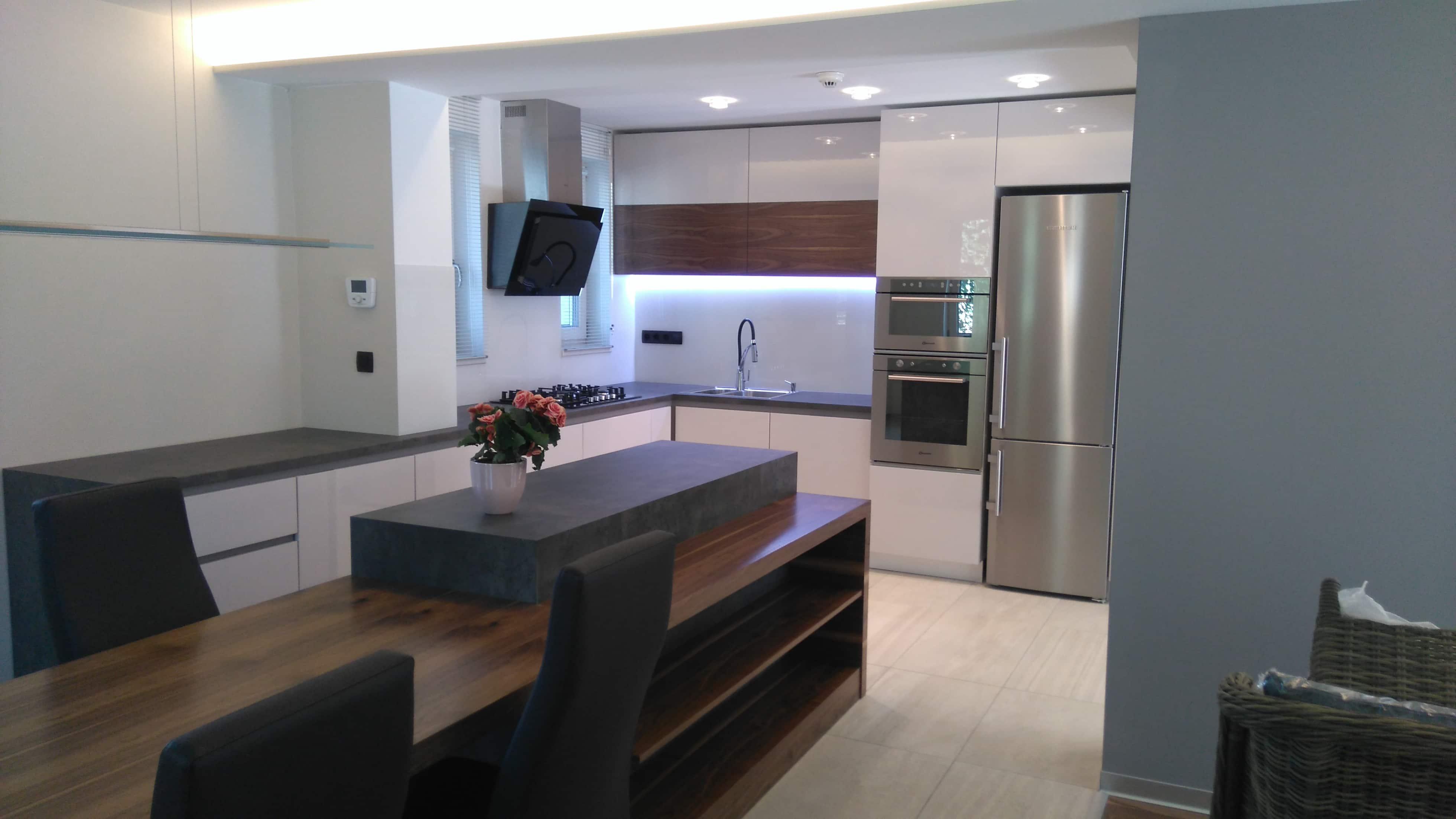 Nagyvonalú konyha - Magasfényű fehér / dió / beton kombináció