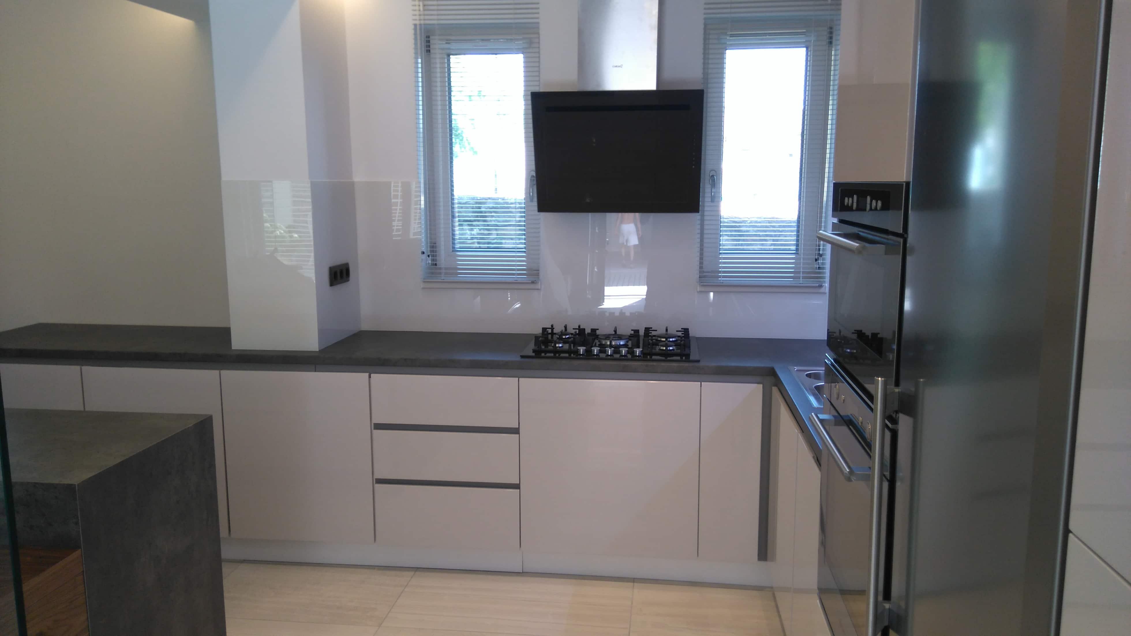 Beton és magasfényű fehér konyha