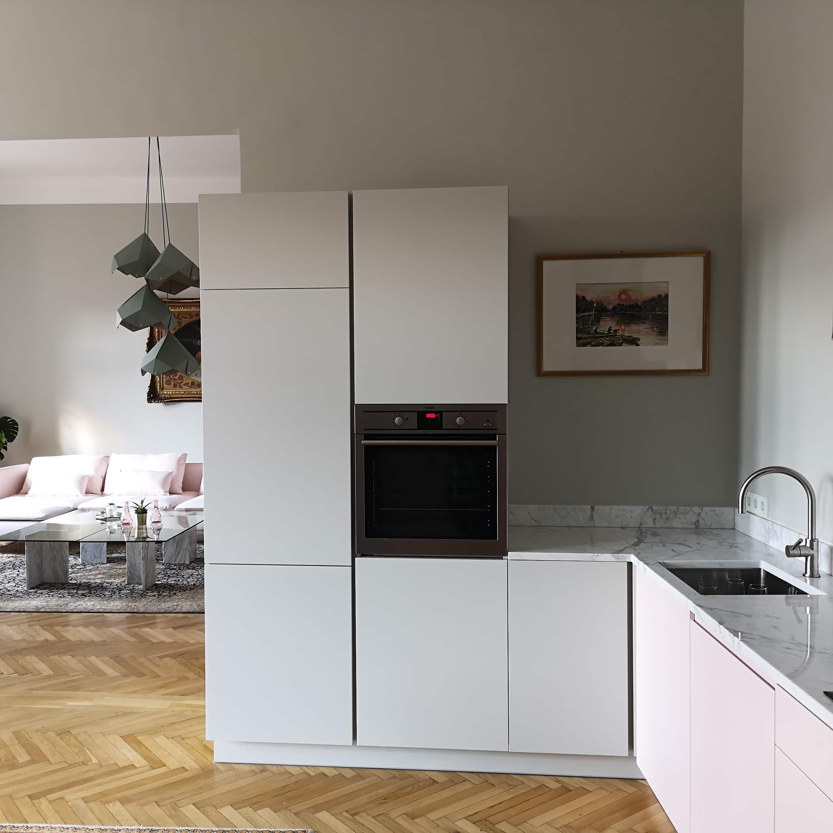 Leegyszerűsített vonalú konyha , mégis jól mutat egy polgári lakásban
