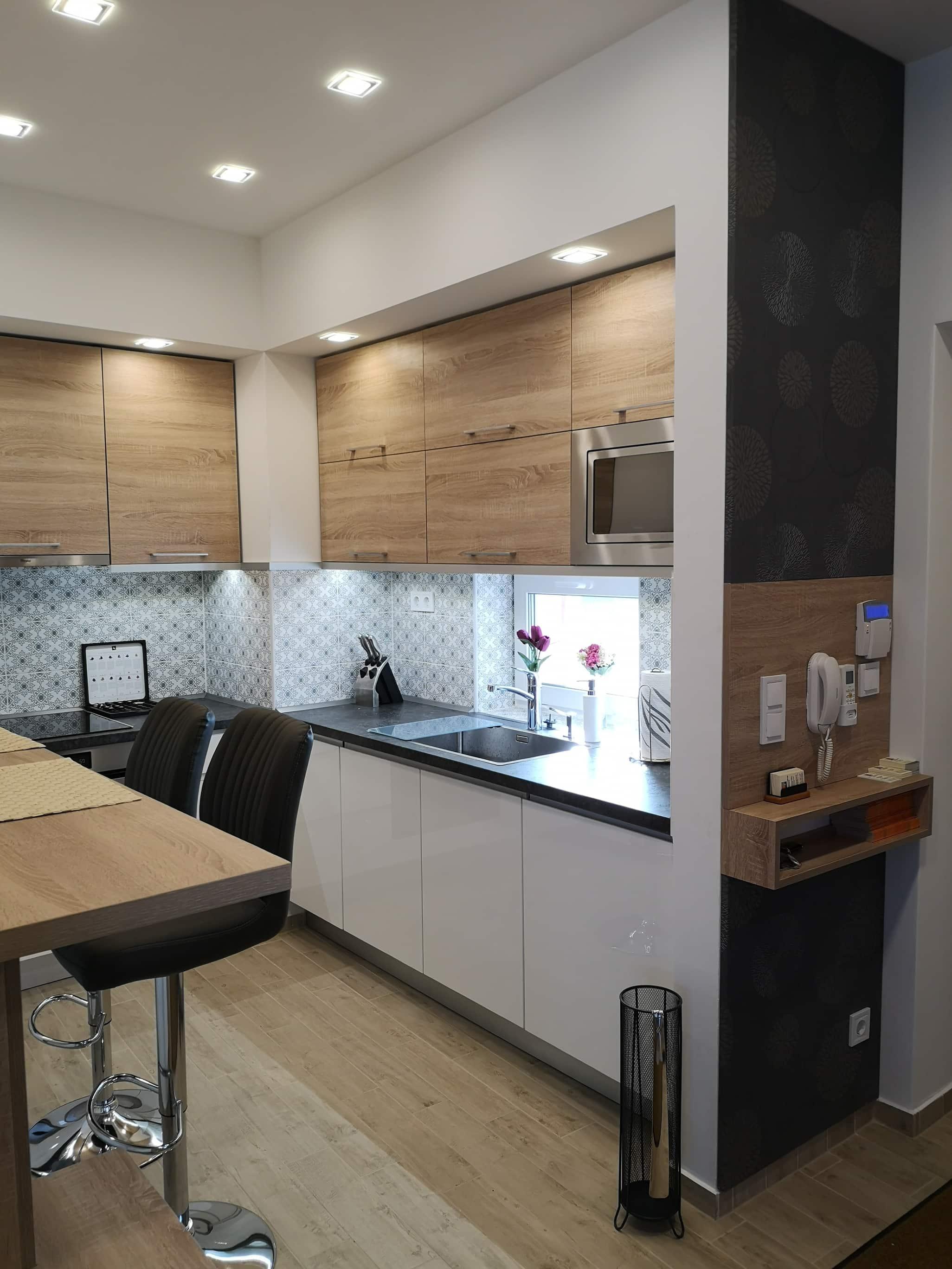 Sarok konyha - magasfényű és bardolino tölgy ajtókkal