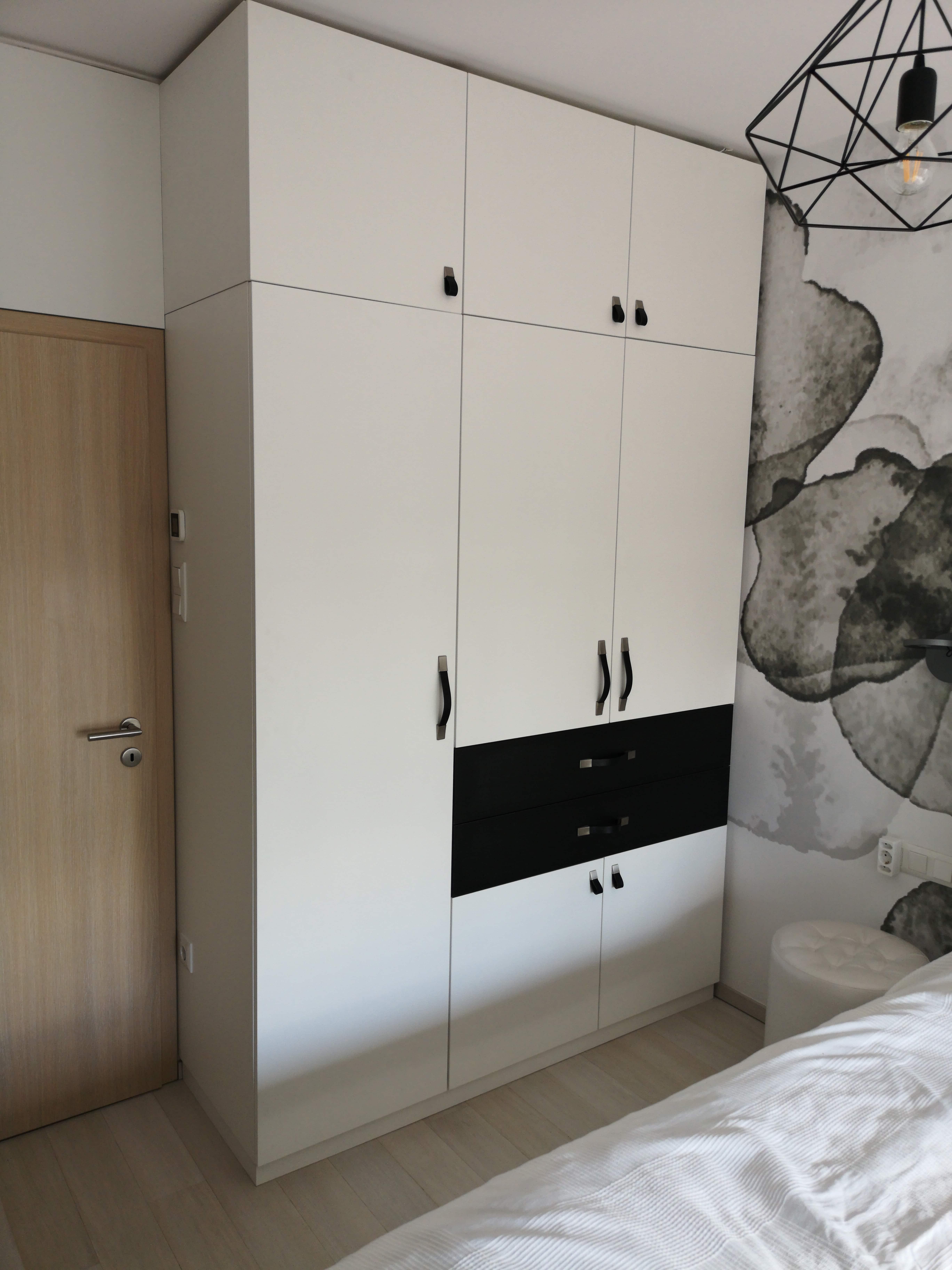 Beépített szekrény a hálószobában - a bőr fogantyúk és a fekete fiók teszi izgalmassá-