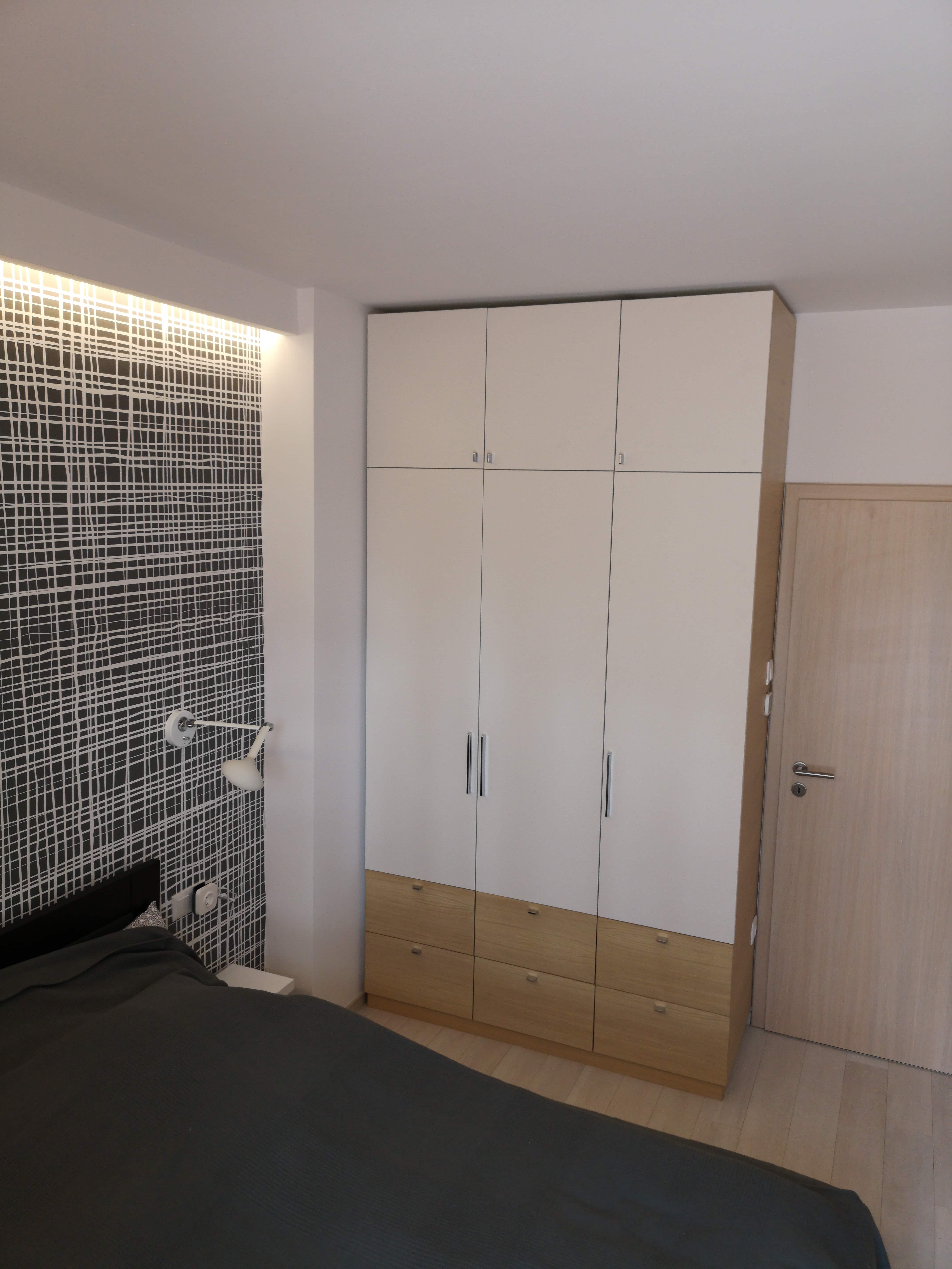Hálószobai beépített szekrény - matt fehér és a tölgy játéka