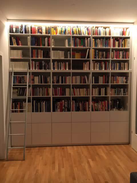 Könyves szekrény mozgatható létrával